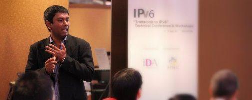 Nurul facilitating at IPv6 training workshop