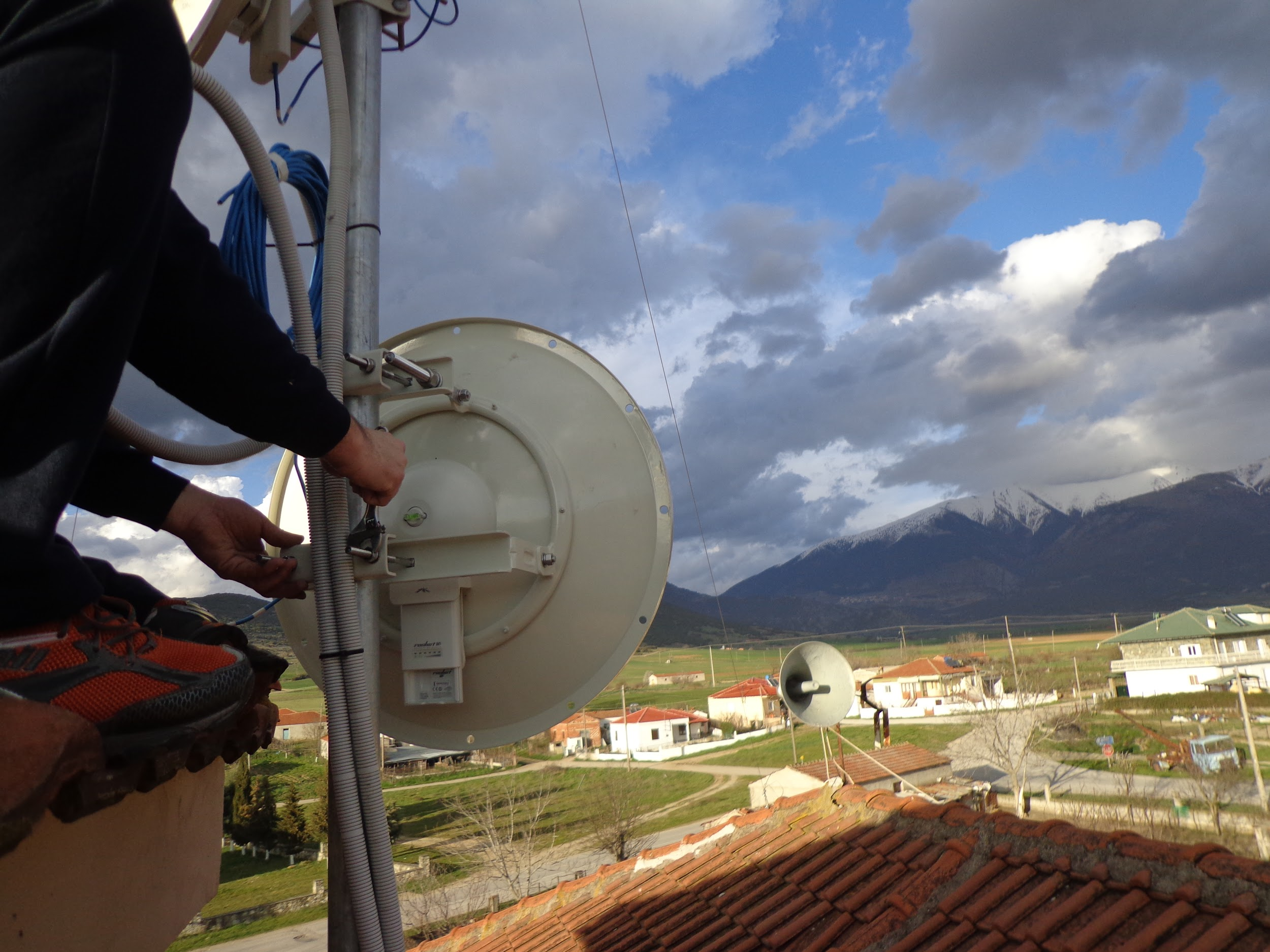 Using redundant wireless point-to-point links — the longest of which is around 30km — we transfer the bandwidth to the villages where it is consumed via the access layer.